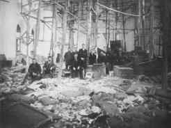 Foto de 1918 de uma igreja em Trabzon, que foi usada como centro de distribuição dos bens confiscados dos armênios