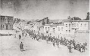 Civis armênios, escoltados por soldados otomanos, marcham em Harput (Kharpert) para a prisão de Mezireh (Elâzığ), abril de 1915